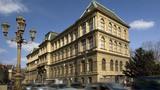 Hlavní budova Uměleckoprůmyslového musea v Praze se uzavírá veřejnosti) Poslední možnost zhlédnout expozici Příběhy materiálů v jedinečné moderní instalaci