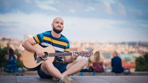 Písničkář Pokáč ve Slaném