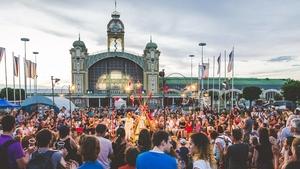 Divadlo, muzika a dílny opět na Výstavišti. Zveme vás na jubilejní 10. ročník festivalu pouličního divadla Za dveřmi!