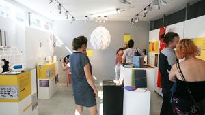 """Výstava """"Překvapení"""" seznamuje papír jako materiál, ze kterého mohou být svítidla, hračky, nábytek, šperky a doplňky do interiéru"""