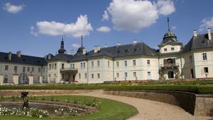 Alexander Schonert a Natálie Schonert v hlavním sále zámku Manětín