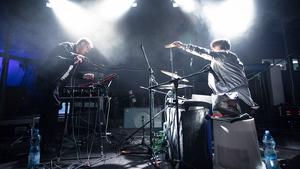 Pochodovou kapelu Meute doplní electro kbelíky Noisy Pots
