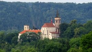 Sázavský klášter - letní open air koncert poslední srpnový pátek CASTLE TOUR 2019 - kapely ČESKÉ SRDCE a POZDNÍ SBĚR