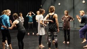 Body Mind Centering a kontaktní improvizace s předmětem - PONEC - divadlo pro tanec