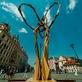Provokativní socha King Kong Balls před hotelem InterContinental jako další zastávka festivalu Sculpture Line