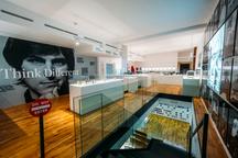 Největší světová výstava Apple v Praze. Vizionář Steve Jobs vystavuje v Praze