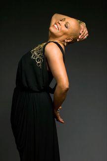 Americká jazzová zpěvačka Dee Dee Bridgewater připomene 23. listopadu v Praze osobnost Billie Holiday
