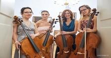 4 violoncellistky na vyhlídce v 27. patře. Klasika potkává moderní hudbu