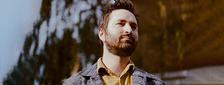Nejlepší neznámý britský písničkář Tom Rosenthal v Praze